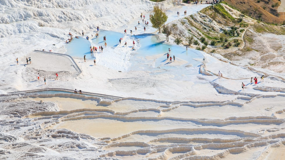 I turkiska Pamukkale kan badsugna ta ett dopp i de varma källorna.