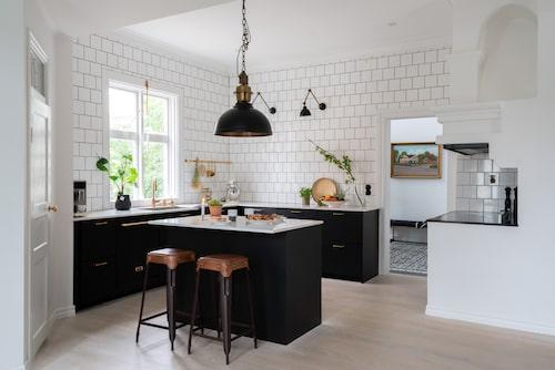 Vid köksrenoveringen valde paret en modern mattsvart köksinredning för få en tydlig kontrast mot husets gamla detaljer. Köksinredning, Ikea. Taklampa, PR Home. Barstolar, Heagårds Skafferi i Halmstad.