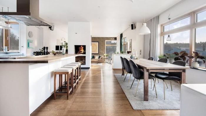 Det är öppen planlösning mellan kök och vardagsrum.