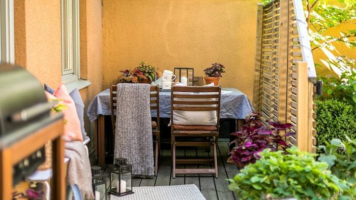 På den åtta kvadratmeter stora altanen kan man både grilla, sola och äta middag.