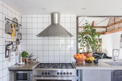 Kakel upp till taket och synlig förvaring av redskap. Hur vill du lösa förvaringen i ditt kök?