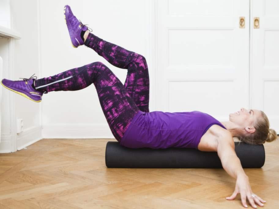2    Sänk ner naveln mot ryggen och håll bålen så kon- trollerad och stilla som du kan samtidigt som du sänker en fot växelvis ner mot golvet.