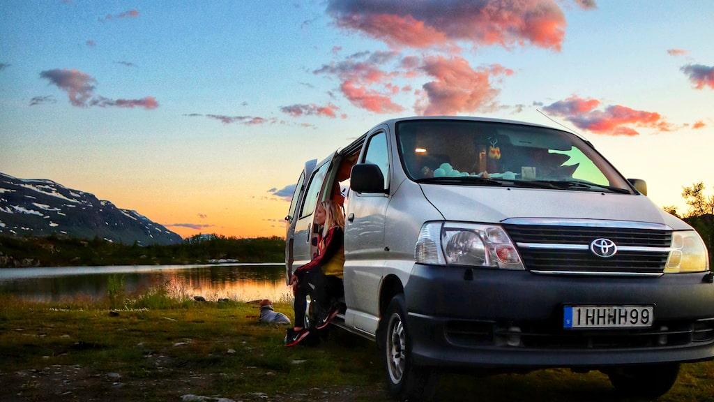 Solnedgång på en av parets favoritplatser utanför Abisko. Bilen de bor i är en ombyggd fyrhjulsdriven Toyota Hiace.