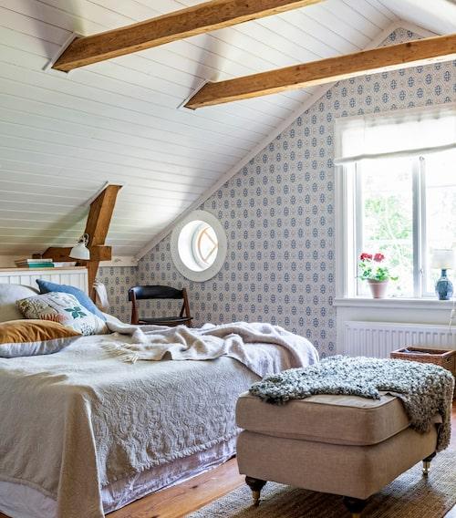 Synliga takbjälkar i Hanna och Andreas sovrum.