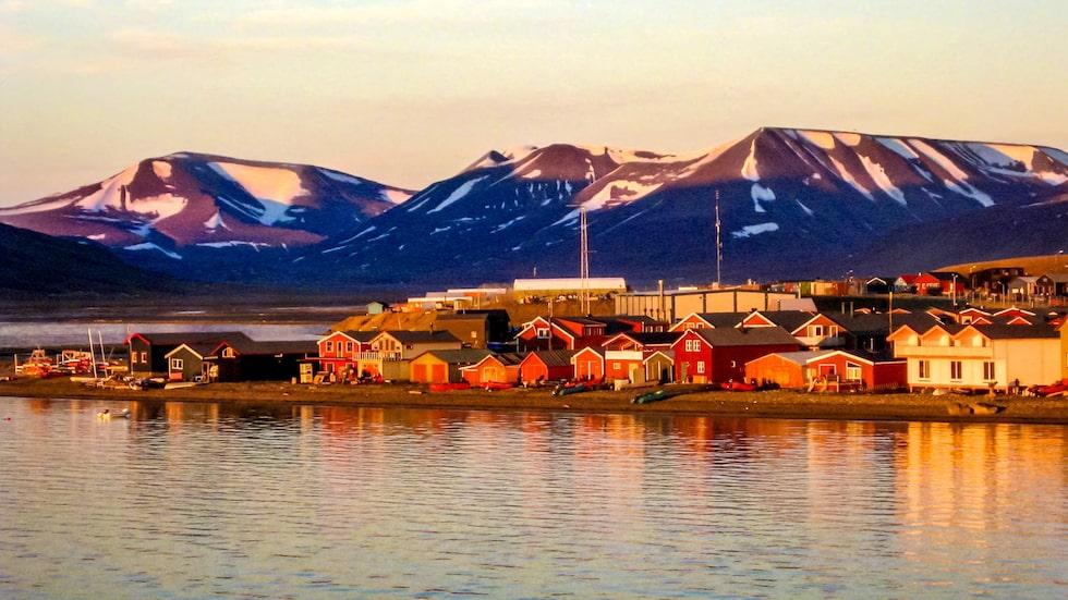 Midnattssol på Longyearbyen vid Svalbard.