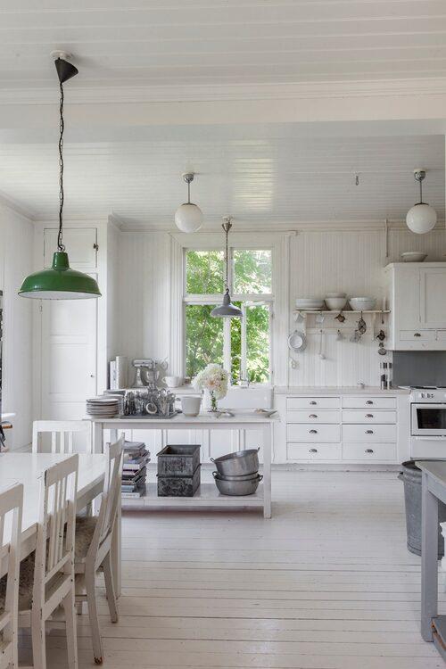 Skolhusets ursprungliga kök har bevarats. Bara en lättare renovering med byte av bänkskiva och diskho, liksom målning av väggar och golv, har gjorts. Några lådor fick nytillverkas för att ge köket ett enhetligt utseende. Den gröna lampan är ett loppisfynd från Danmark.