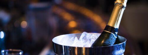 """Låt flaskan bada i is och saltvatten som """"drar ut"""" värmen från flaskan."""