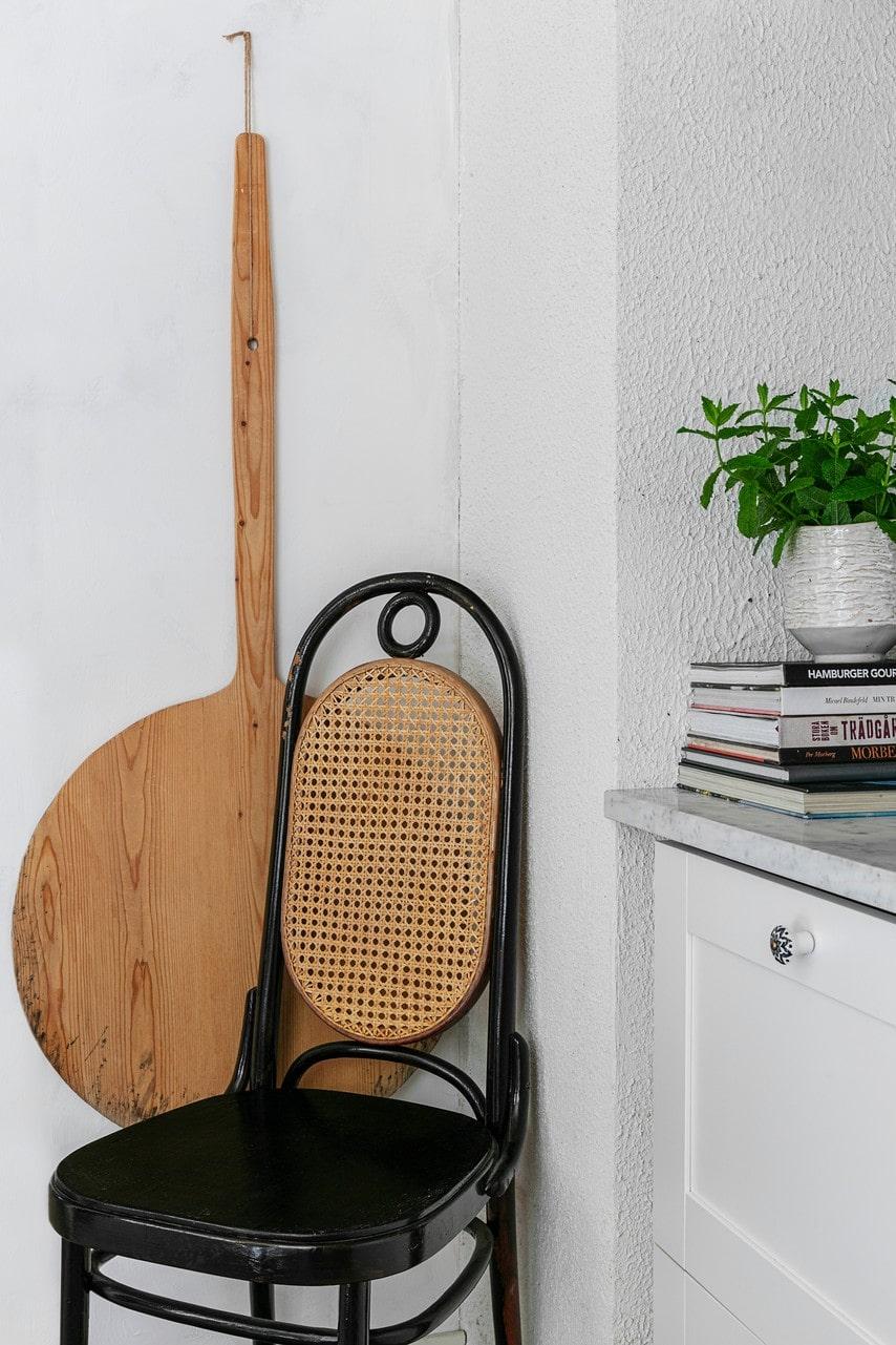 På en loppis vid vägen från Göteborg hittade Mirelle en dag åtta stolar i bästa Thonet-stil i en bohemisk version. Dessvärre kunde hon bara få med sig sex av dem i bilen hem.