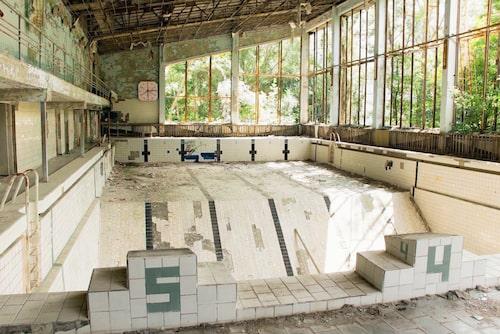 En bassäng i Tjernobyl som har stått orörd och förfallit sedan kärnkraftolyckan 1986.