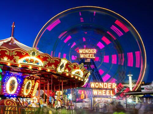 Wonder Wheel ligger på det klassiska nöjesfältet på Coney Island.