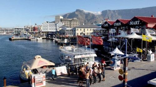 Waterfront ligger vackert nere vid vattnet i Kapstaden. Här hittar du shopping av internationell klass och restauranger med mat från nästan alla världens hörn.