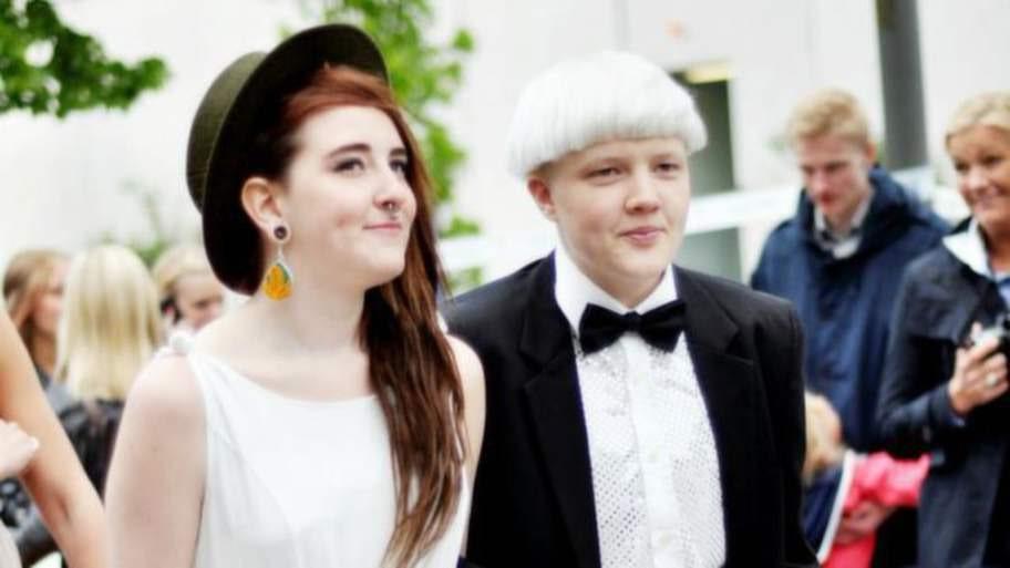 Skolbalen. Då var det fest på högstadiet och Mio som fortfarande hette Alma hade klätt sig i kostym, vit skjorta och fluga och kom tillsammans med kompisen Kim Bertilsson.