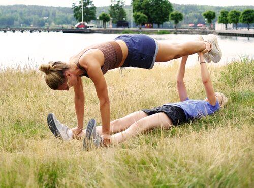 Det säkraste sättet att göra styrketräningen roligare – använd en kompis som vikt.