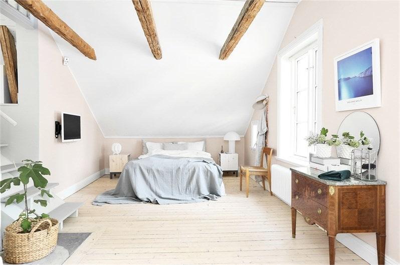 När man kommer upp till övre plan möts man av ett stort sovrum med platsbyggd klädförvaring, trägolv i original som är slipat och vitvaxat. Väggar och tak är ljusa med synliga takbjälkar. Rummet har även traditionella radiatiorer från Lenhovda med mässingsbeslag.