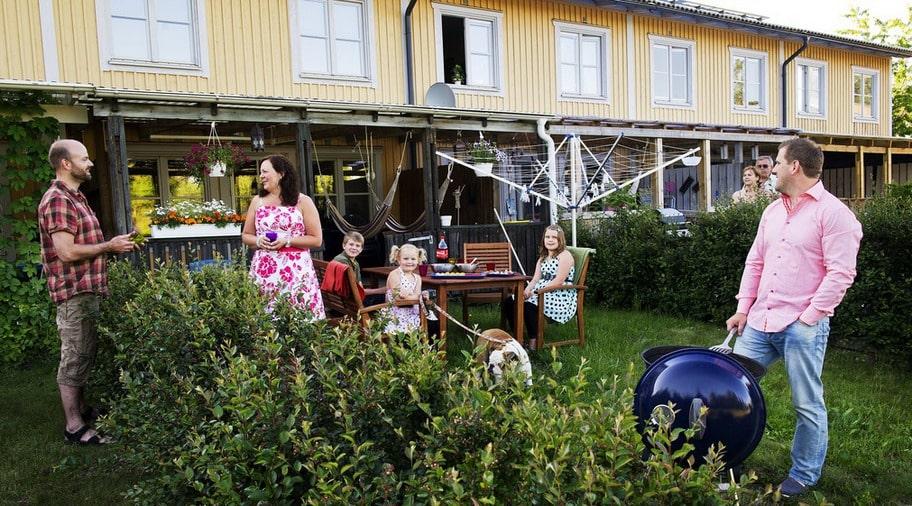 Sveriges bästa grannar. Familjen Englund Boman har utsetts till den familj det är trevligast att bo bredvid. Här pratar Sofie med grannen Jörgen Oostdjijk.