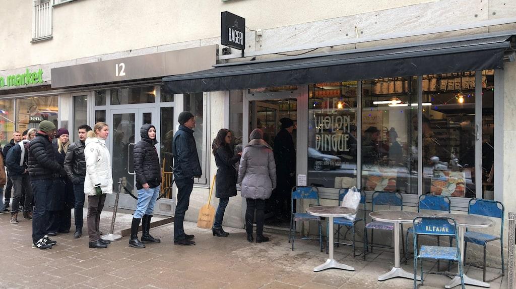 Kön ringlar sig ofta ut på gatan utanför franska bageriet Le Violon Dingue.