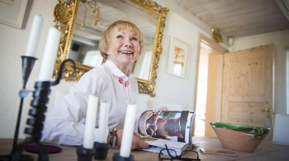 Bea på sin favoritplats vid matbordet i allrummet. Spegeln i bakgrunden, som hängt med sedan tiden på Östermalm, ger rummet mer rymd.