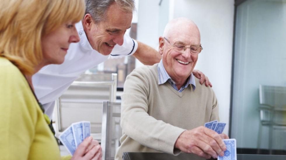 Kortspel kan vara en bra sätt att öka rörligheten hos strokepatienter enligt en ny studie från Kanada.