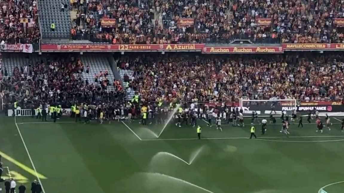 JUST NU: Planen stormad av fans