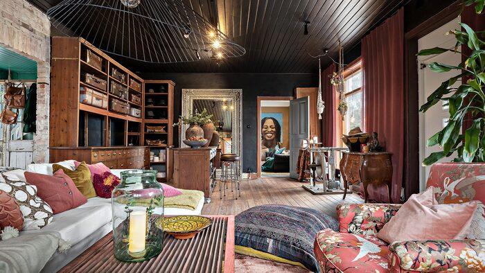 Den gamla butikslokalen är numera vardagsrum - ett rejält stort rum där man har bevarat de vackra platsbyggda bokhyllorna...