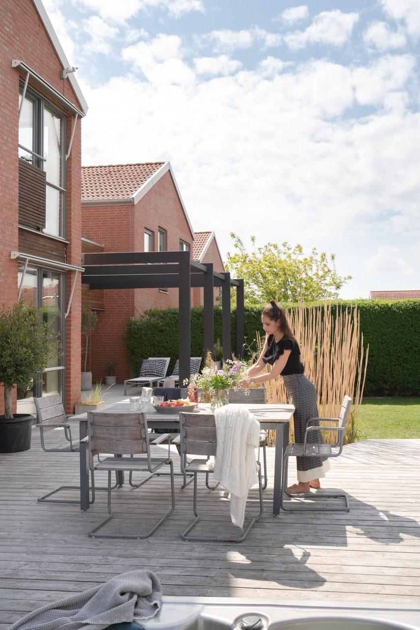 Med utgång från köket når man ett rymligt trädäck där familjen spenderar mycket tid under sommarmånaderna. Stolar, Ikea.
