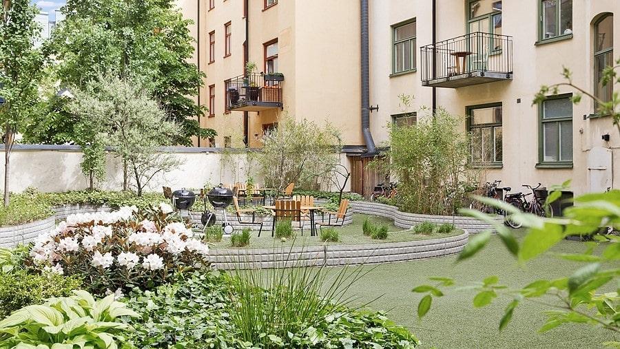 Innergården som hör till fastigheten är både stor och vacker.