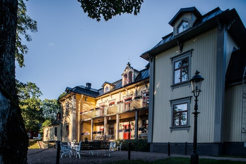Hennickehammars herrgård byggdes 1722 av en av järnbrukens patroner.