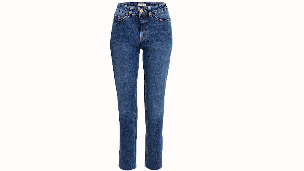 Smickrande bonus.  De raka NEA-jeansen med hög midja är en smickrande bonus som passar fint ihop med en instoppad tröja, 399 kronor, Lindex.