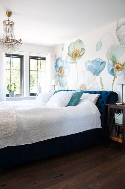 På andra våningen finns Elisabeths och Mikaels sovrum som även det har en härlig utsikt över havet. Fondvägg, Photowall. Säng, Trendrum.