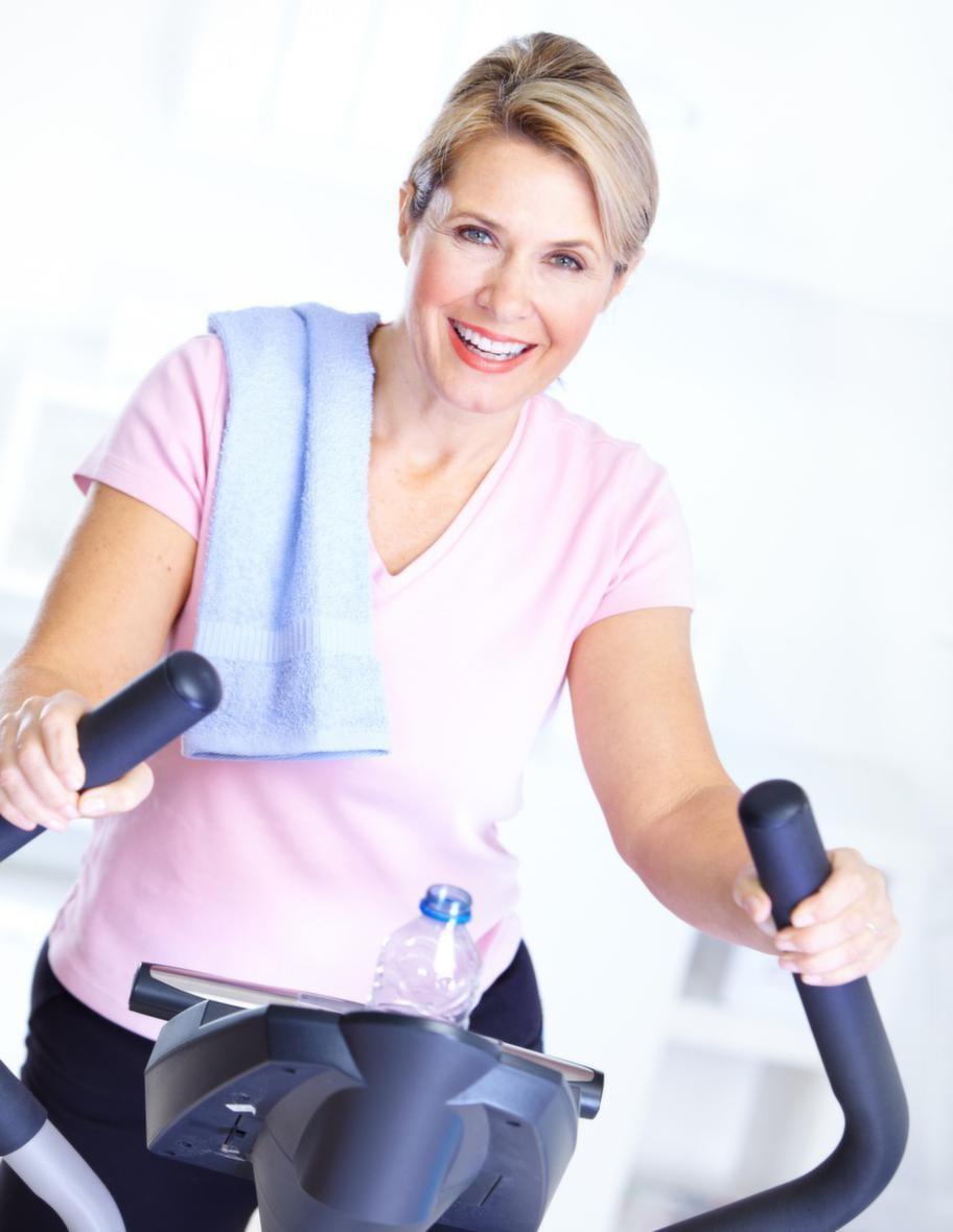 Motion är verkligen ett universalmedel för att skjuta upp åldrandet. Att träna på gym med lätta vikter är populärt – men om det inte passar dig finns en mängd enkla motionsformer som du lätt får in i vardagen. Klicka vidare för några bra tips!