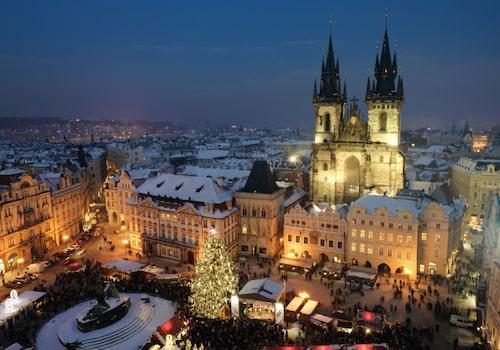 I Prag är den en gammaldags jul som gäller med julpynt av trä och halm.