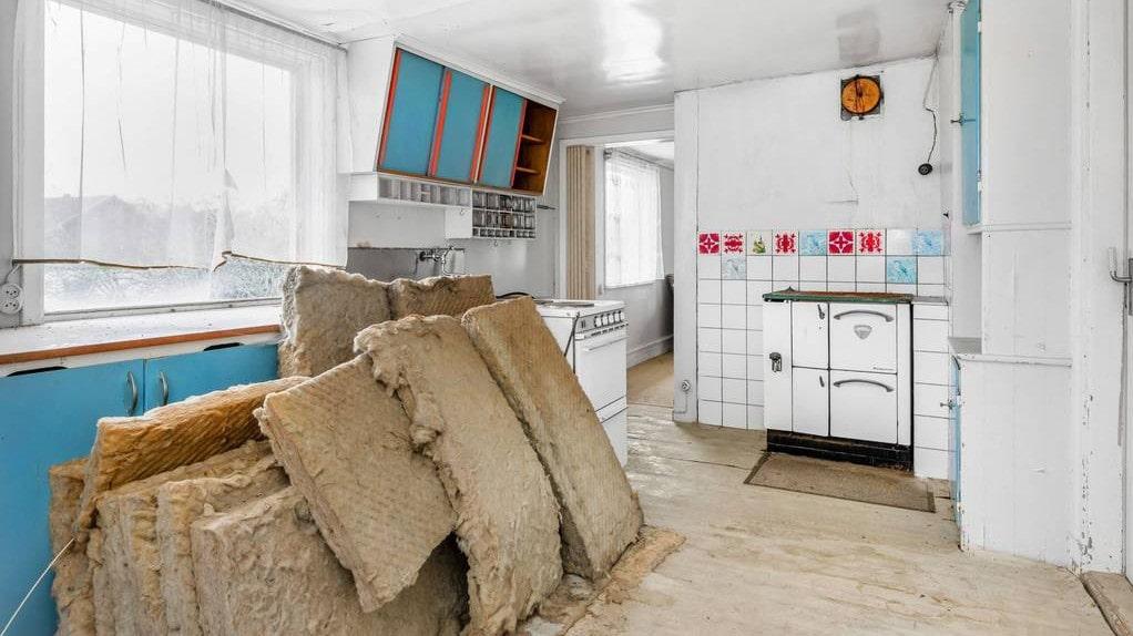 Köket har äldre utrustning. Här finns en hel del att göra.
