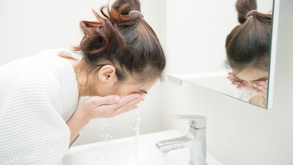 """""""I steg ett, använd en oljebaserad rengöring för att ta bort smink, smuts och partiklar från dagen. I steg två använder du en skonsam rengöring som är ph-balanserad"""", säger dermatologen Whitney Bowe."""
