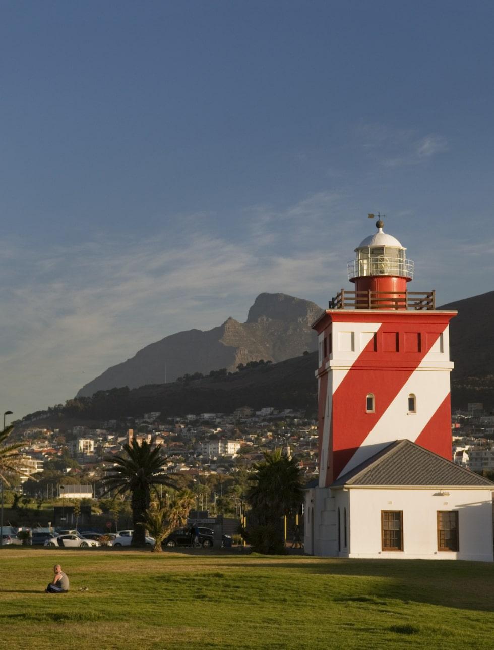 <p>Bergen som omger Kapstaden är alltid närvarande. Här tittar Devil´s Peak fram bakom fyren vid Mouille Point. </p>