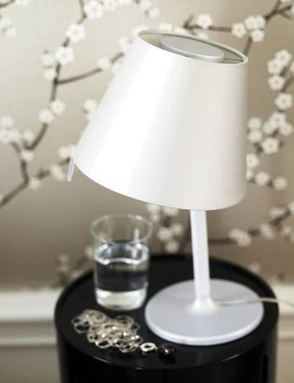 Godnattlampa. Bordslampa Melampo Notte i aluminium med tygskärm, höjd 38 cm, 2 940 kronor, Asplund. Sängbord Componibili 3 950 kronor, Kartell.