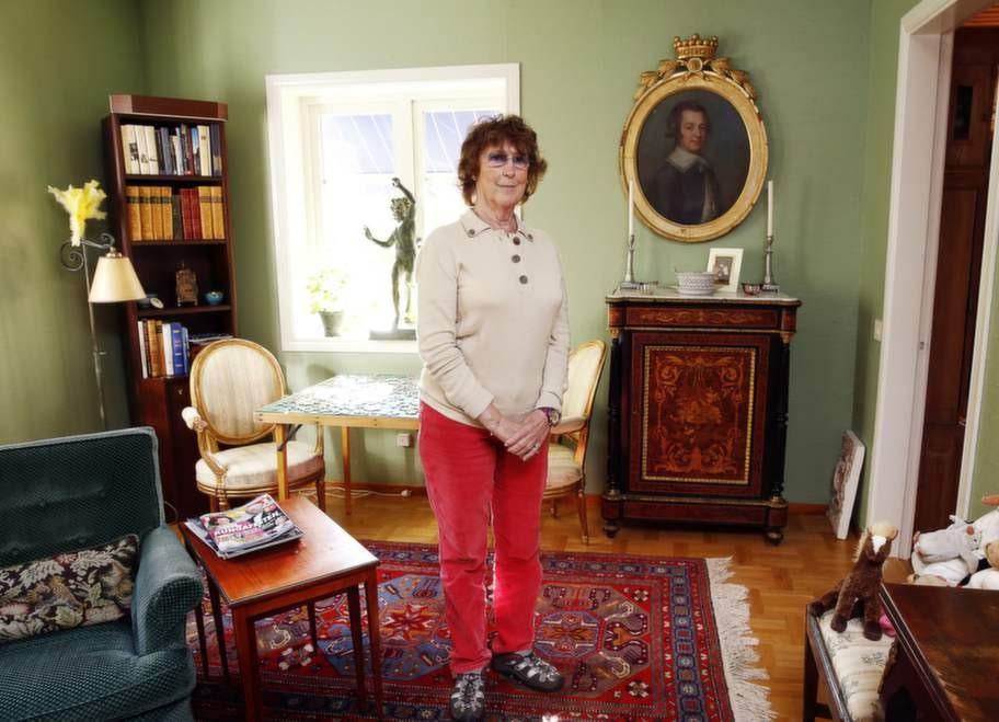 Friherrinnan Catharina Bonde har flyttat runt i hela världen. Men nu bor hon i ett hus på den sörmländska landsbygden. Hon har precis packat upp flyttkartongerna.
