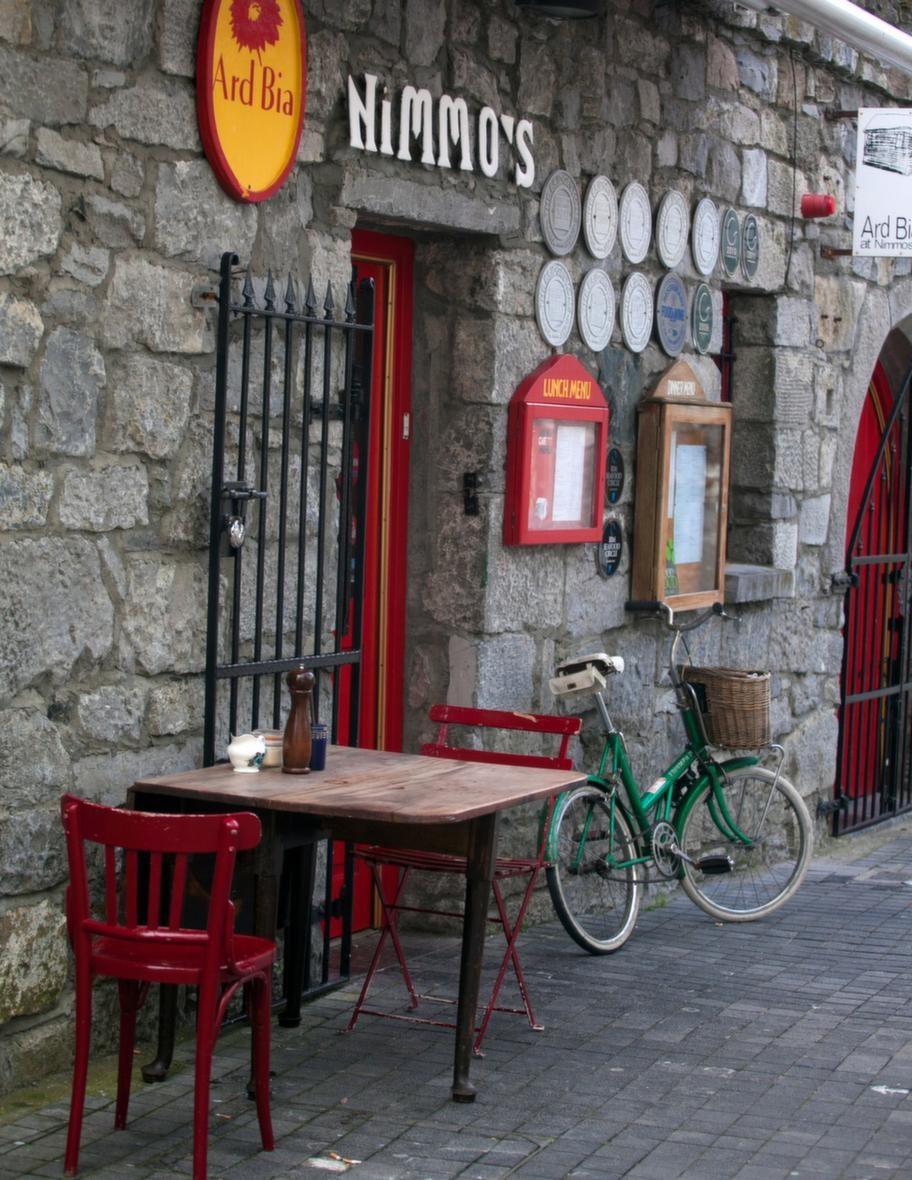 Ett spännande kafé som severar hembakt och luncher nere i hamnen i de spanska kvarteren.