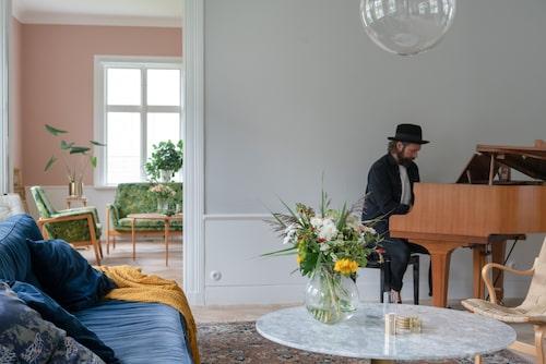 I stora salen finns gott om utrymme för Andreas flygel. Soffa, Melimeli. Bord, Mio. Flygeln Yamaha G1 från 1960-talet är köpt av en vän till Andreas. Vas, Ernst.