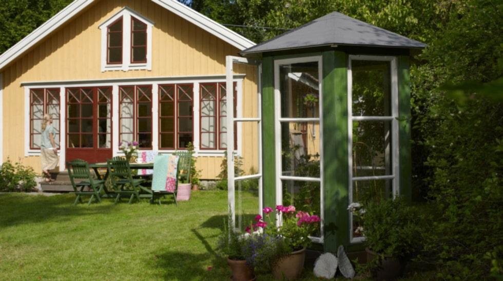Här är det enklaste av våra tre växthus och formen har helt anpassats efter de ganska höga och smala fönstren. Det blev ett sexkantigt minihus och ett trevligt tillskott i trädgården.
