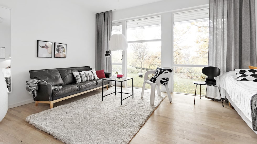 Ett av sex sovrum. Rymligt och kan med fördel användas som bibliotek, tv-rum eller liknande. Utgång till trädgård, vita väggar och ekparkett.