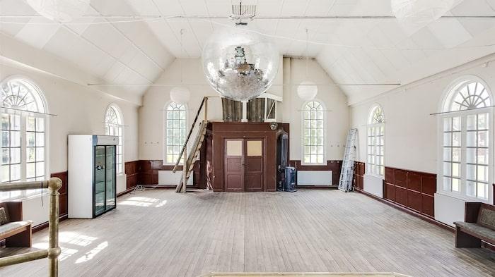 Det pampiga kyrkorummet är på hela 95 kvadratmeter.