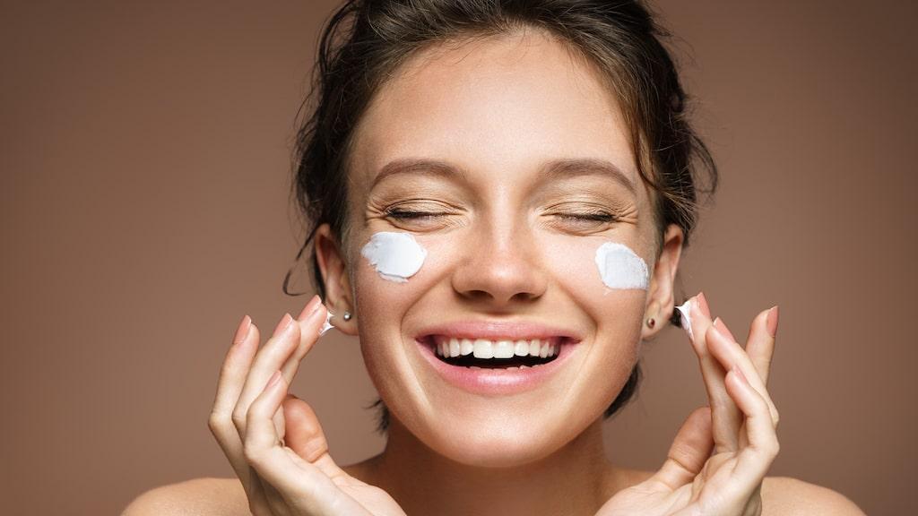 Exfoliering och peeling handlar om att städa upp det översta hudlagret och bli kvitt döda hudceller som gör huden matt och glåmig.