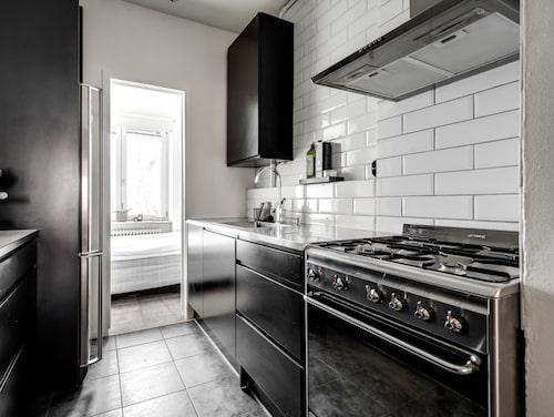 Välorganiserat och cleant. Christin Kashous dröm är ett större kök. I sovrummet finns ett skafferi för att få plats med fler råvaror. Större köksmaskiner, som pastamaskinen, sous vide-maskinen och vakuumförpackaren, förvarar hon hos sina föräldrar.