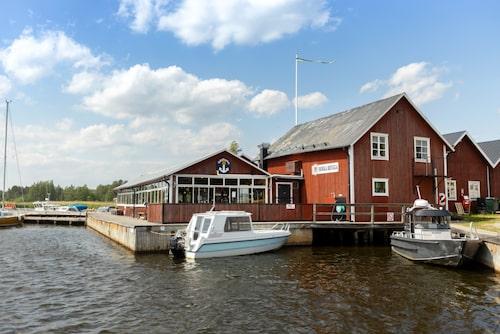 Borka brygga är en av Hälsingekustens största gästhamnar med både campingplats och fiskemuseum.