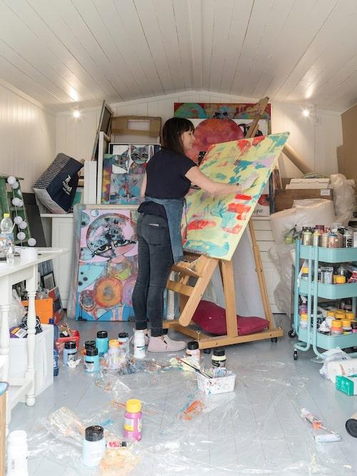 Hanna arbetar i sin ateljé i trädgårdens friggebod.