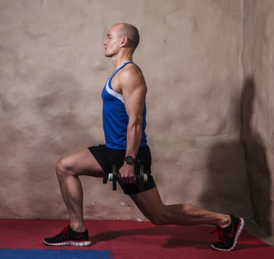 <strong>Fortsättning utfallssteg på tå med vikt</strong><br><strong>Tänk på: </strong>Håll överkroppen rak, spänn mage och säte. Se till att du inte har mer än 90 graders vinkel i främre knäled.