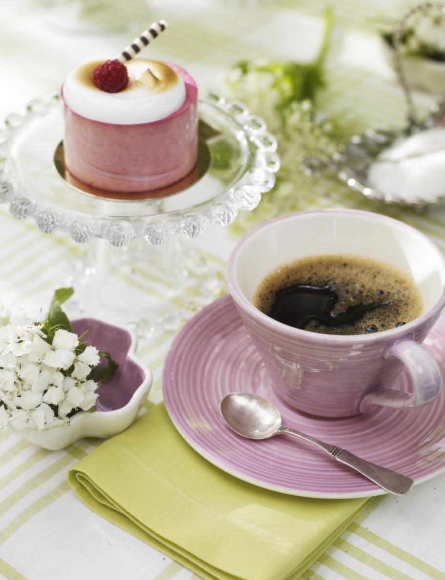 Serverat.Glasassietter på fot, 69 kronor, Lagerhaus. Rosa kopp, 95 kronor, rosa fat, 75 kronor, små blomformade rosa skålar med blomma i, 49 kronor, allt från Bruka. Silversked, privat.