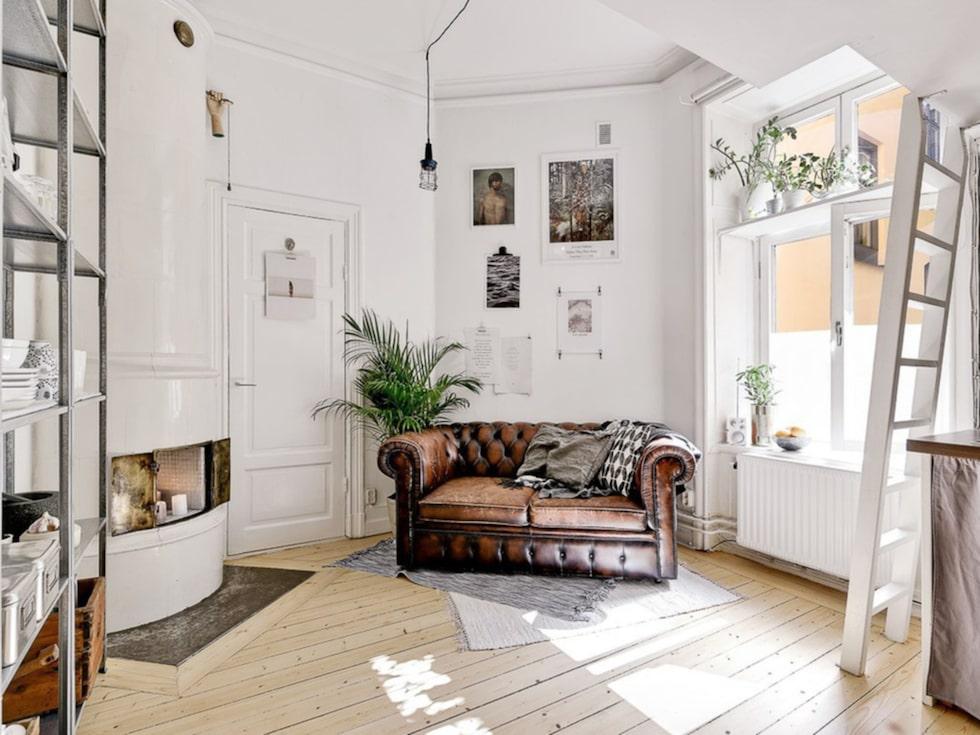 Huset är från 1907 så ettan har alla sekelskiftesdetaljer man kan önska, till och med en pampig kakelugn.
