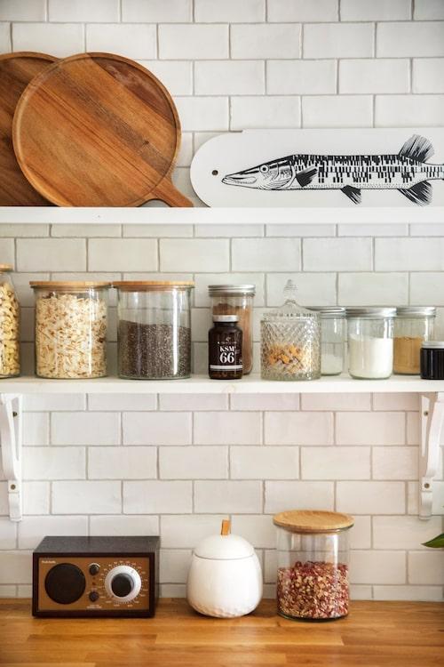 De öppna hyllorna gör köket luftigt. Här förvaras både redskap och matvaror som används ofta.