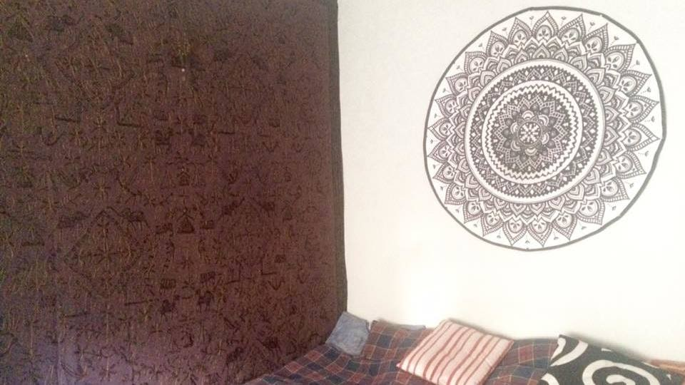 Linda Johansson blev inspirerad och hängde upp mattan ovanför sin säng.